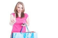 Czeka minutowego pojęcie z szczęśliwym shopaholic działaniem na telefonie komórkowym Zdjęcia Stock