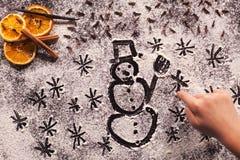Czekający zima wakacje - dziecko ręki rysunkowi boże narodzenia s Fotografia Stock