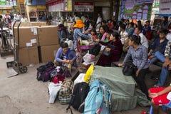 Czekający przy przystankiem autobusowym w Phnom Penh, Kambodża Fotografia Royalty Free