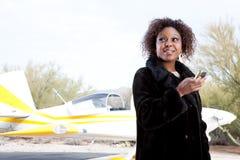 czekanie afrykańska lotniskowa amerykańska kobieta Obrazy Royalty Free