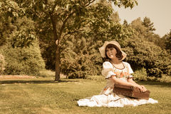 Czekanie dziewczyna jest ubranym pięknego kraju styl z jej bagażem Obraz Stock