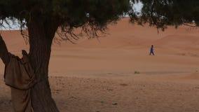 Czekanie mężczyzna w pustyni zbiory