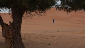 Czekanie mężczyzna w pustyni 2 zdjęcie wideo