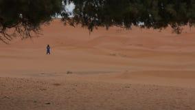 Czekanie mężczyzna w pustyni 3 zdjęcie wideo