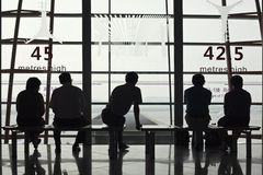 Czekanie podróżnicy cieszą się widok na Pekin Kapitałowym lotnisku, Terminal 3 Zdjęcie Royalty Free