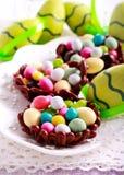 Czekolad gniazdeczka wypełniający up z jajkiem kształtowali cukierki Obrazy Stock