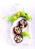 Czekolad gniazdeczka wypełniający up z jajkiem kształtowali cukierki Zdjęcie Stock