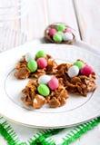 Czekolada i cornflakes gniazdujemy z cukierków jajkami Zdjęcie Stock