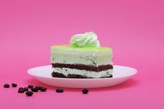 Czekolada i kiwi ablegrowaliśmy tort na różowym tle Zdjęcie Royalty Free