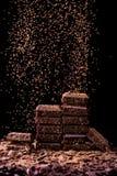 Czekolada kawałki z pores na ciemnym tle z kakaowym proszkiem zdjęcie stock