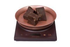 Czekolada na kuchenny elektronicznym waży Zdjęcia Royalty Free