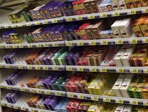 czekolada na półkach w supermarkecie Fotografia Stock