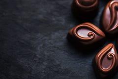 Czekolada nad czarnym tłem Czekoladowy cukierek, kakao Assortm Zdjęcie Stock