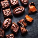 Czekolada nad czarnym tłem Czekoladowy cukierek, kakao Assortm Obrazy Stock
