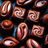 Czekolada nad czarnym tłem Czekoladowy cukierek, kakao Assortm Zdjęcie Royalty Free