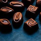 Czekolada nad czarnym tłem Czekoladowy cukierek, kakao Assortm Zdjęcia Royalty Free