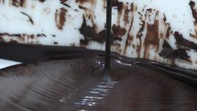 czekolada Nalewać rozciekłą ciekłą premia zmroku czekoladę Zakończenie w górę stopionego ciekłego gorącej czekolady zawijasa cias zbiory