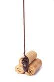 czekolada odizolowywająca na dolewania rolki gofrze obrazy stock