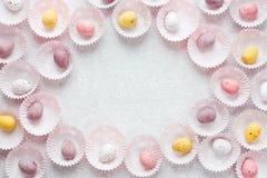 Czekolada pstrzył cukierków Wielkanocnych jajek ramę z przestrzenią dla teksta Zdjęcie Stock