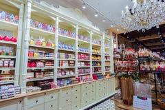 CZEKOLADA sklep z dużą rozmaitością cukierki i belgijska czekolada BRUGES, BELGIA, GRUDZIEŃ - 05 2016 - Zdjęcia Royalty Free