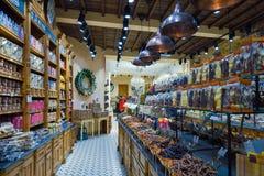CZEKOLADA sklep z dużą rozmaitością cukierki i belgijska czekolada BRUGES, BELGIA, GRUDZIEŃ - 05 2016 - Zdjęcie Royalty Free
