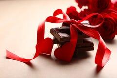 Czekolada z czerwonym faborkiem i różami Fotografia Royalty Free