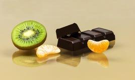 Czekolada z mandarynka plasterkami i plasterek kiwi zbliżenie fotografia stock
