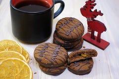 Czekolada zakrywał ciastka na drewnianym stole z filiżanka kawy Śniadaniowy deser zdjęcie stock