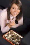 czekoladki skrzyniowe młode kobiety Zdjęcia Royalty Free