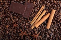 czekoladowa cynamonowa tło ziaren kawy Zdjęcie Royalty Free