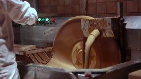 Czekoladowa fabryka proces robić czekoladzie Dolewanie ciekła czekolada w formy, sumujące dokrętki i deaktywację, zbiory wideo