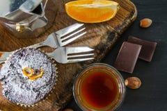 Czekoladowa i pomarańczowa babeczka z kawą Obraz Royalty Free