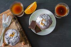 Czekoladowa i pomarańczowa babeczka z kawą Fotografia Royalty Free