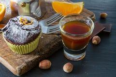 Czekoladowa i pomarańczowa babeczka z kawą Obrazy Royalty Free