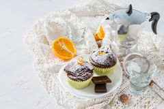 Czekoladowa i pomarańczowa babeczka z kawą Zdjęcia Stock