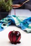 Czekoladowa kropla na czerwonej jabłczanej owoc Zdjęcia Stock