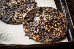 Czekoladowa pizza z Białymi Czekoladowymi piłkami w Wypiekowej tacy fotografia royalty free