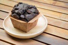 Czekoladowa słodka bułeczka piekarnia na drewnianym stole Zdjęcia Royalty Free