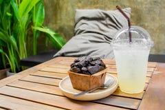Czekoladowa słodka bułeczka piekarnia na drewnianym stole Fotografia Royalty Free