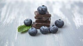 Czekoladowa sterta i Świeże Organicznie czarne jagody Obraz Royalty Free