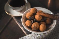 Czekoladowa trufla i kawa na drewniany stołowy horyzontalnym Obraz Stock