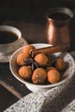 Czekoladowa trufla i kawa na drewnianym stołowym vertical Fotografia Stock