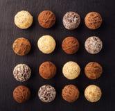 Czekoladowa trufla, Truflowi czekoladowi cukierki z kakaowym proszkiem CH Zdjęcia Royalty Free