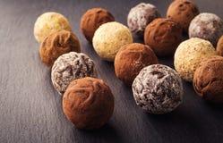 Czekoladowa trufla, Truflowi czekoladowi cukierki z kakaowym proszkiem CH Obraz Royalty Free