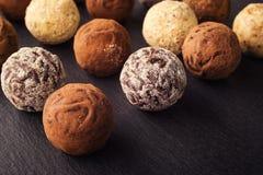 Czekoladowa trufla, Truflowi czekoladowi cukierki z kakaowym proszkiem CH Fotografia Stock