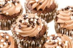 Czekoladowe babeczki z czekoladowym lodowaceniem i dekoracją  Zdjęcia Stock