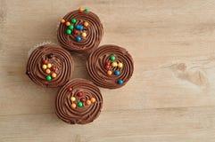 Czekoladowe babeczki z czekoladowym mrożeniem obraz royalty free
