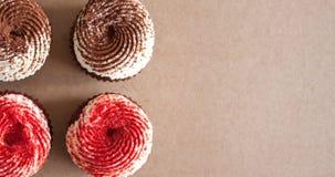 Czekoladowe babeczki z kremowego sera mro?eniem fotografia royalty free
