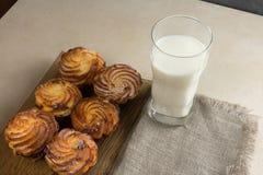 Czekoladowe cheesecake babeczki i szkło mleko dla śniadania Kopiują spase zdjęcia royalty free
