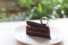 czekoladowe ciasto ciemności smakowity wyśmienicie deser na bielu talerzu Hom Obraz Stock